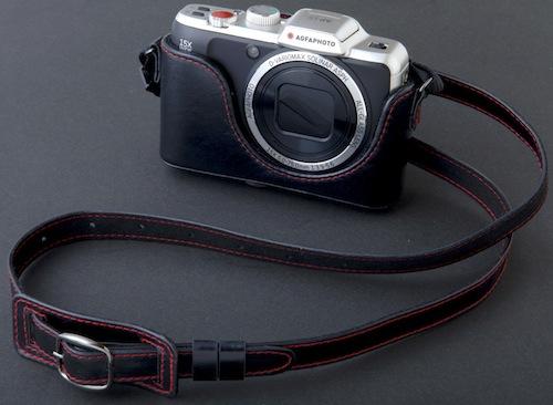 本革カメラケースと本革ストラップが付属